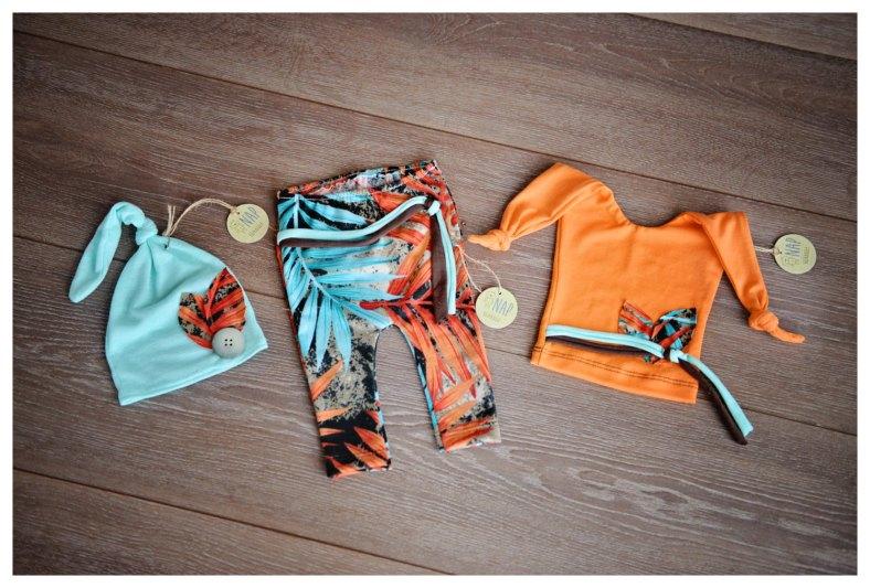 Set de pantalón con dos gorros de recién nacido de BuenasIdeas